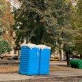 Сморід і бруд на Бульварі від неприбраних біотуалетів.ФОТО