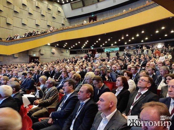 Участники Второго форума регионов Украины и Беларуси четыре часа ждали президентов двух стран в Житомирском муздрамтеатре. ФОТО