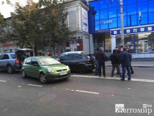 У Житомирі на вулиці Великій Бердичивській знову аварія. ФОТО