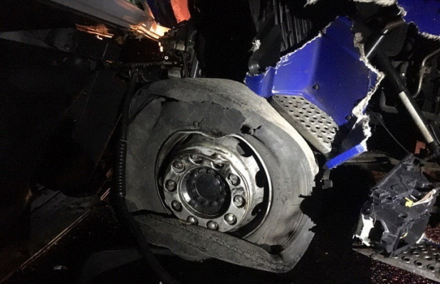 На Рівненщині житель Житомирської області на фурі в'їхав у припарковану вантажівку: постраждали троє людей, які стояли на узбіччі