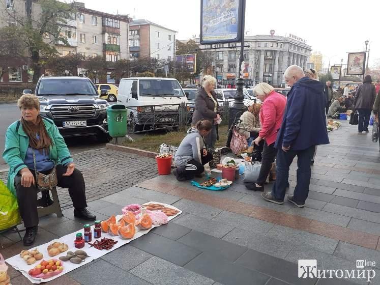 В Житомирі на Житньому ринку почали продавати маслюки. ФОТО