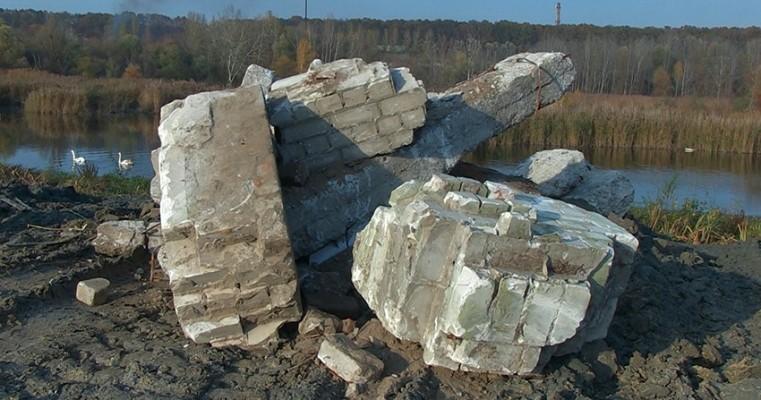 На береги водойми біля силікатного заводу в Житомирі незаконно вивантажують будівельне сміття