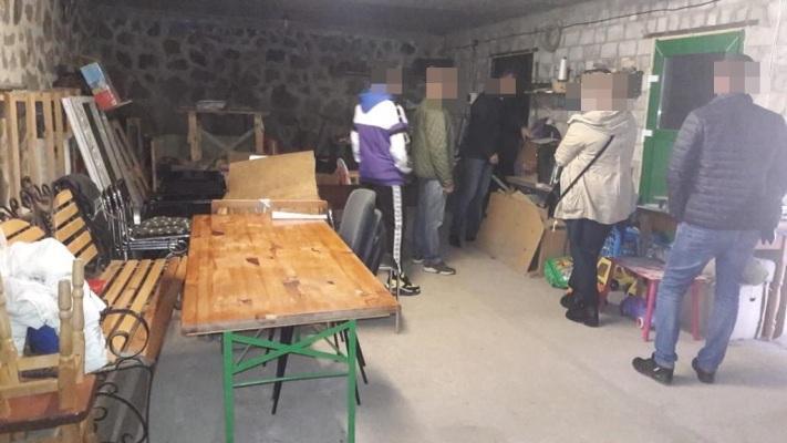 На Житомирщині викрито нелегальний цех, з якого вилучено півтори тонни фальсифікованого алкоголю та спирту