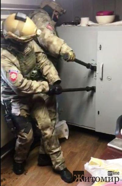 «Маски-шоу» в Олевском районе – правоохранители провели «жесткий» обыск в компании «РайтСолюшн» со взломом сейфов и изъятием компьютеров