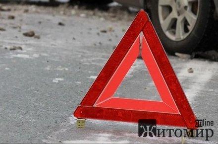 У Житомирському районі легковик в'їхав у маршрутку з людьми, яка зупинилась перед пішохідним  ...
