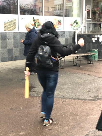 У Житомирі давчата гуляють по місту з бітами. ФОТО