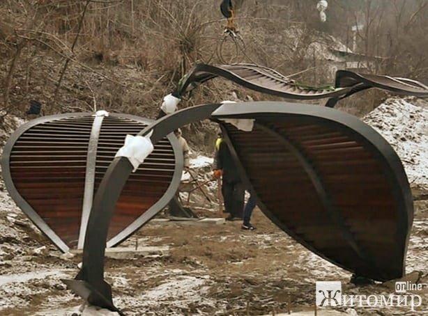 На житомирській набережній встановлюють сонцезахисні конструкції
