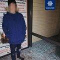 Патрульні затримали молодика, який вночі розбив скло на зупинці в Житомирі