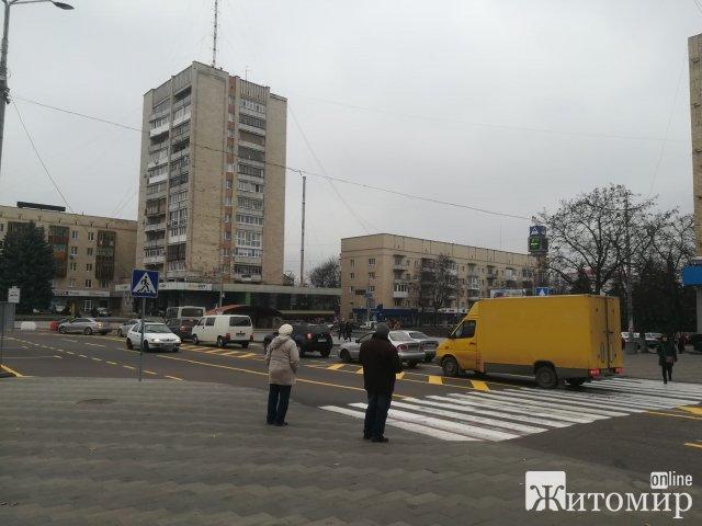 Через нову розмітку на майдані Соборному в центрі Житомира постійні затори. ФОТО