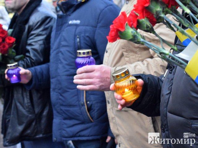 Біля пам'ятного знаку «Сумуючий Янгол» житомиряни вшанували пам'ять жертв голодоморів