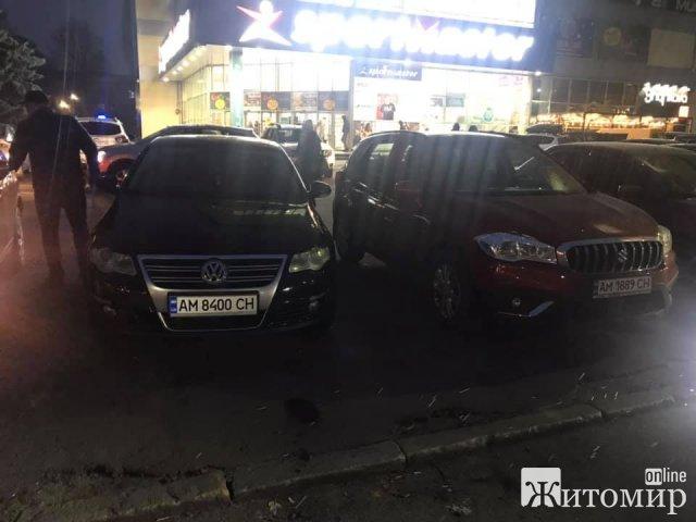 Житомирянин возмутился поведением водителей, которые оставили свои машины на въезде на парковку