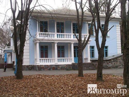 В одному з корпусів санаторію «Тетерів» на Житомирщині переселенці топлять котел, аби зігрітися