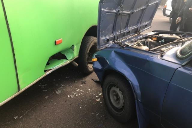 ДТП за участі маршрутки а автомобіля трапилось у Житомирі на Селецькій