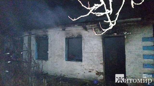 Під час гасіння пожежі у селі Житомирської області біля вікна в одній з житлових кімнат рятувальники виявили тіло чоловіка