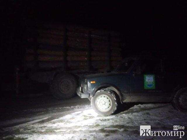 Житомирські екологи та правоохоронці у темну пору доби затримали ЗІЛ навантажений деревиною