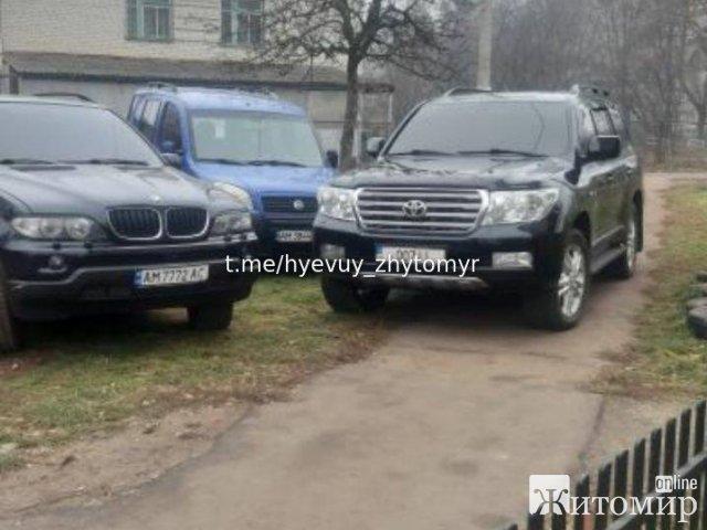Як паркуються «круті» у Житомирі на Land Cruiser. ФОТО