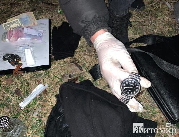 На Житомирщині правоохоронці затримали двох чоловіків, яких вже втретє ловлять на крадіжках та відпу ...