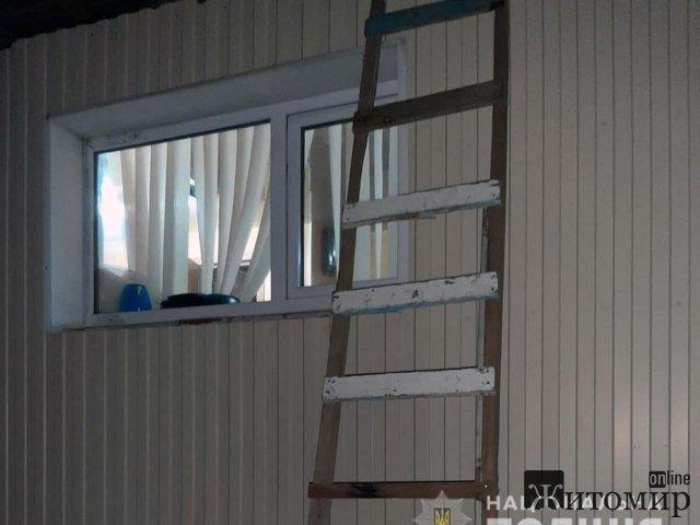 У Бердичеві поліцейські охорони затримали чоловіка, який намагався пролізти до магазину