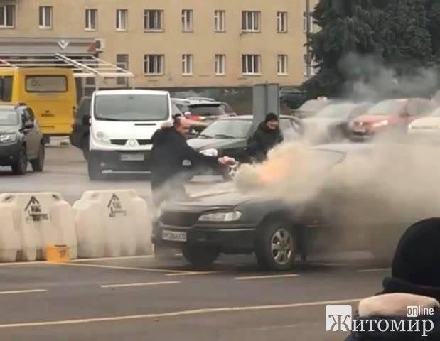 У центрі Житомира горів автомобіль. ФОТО