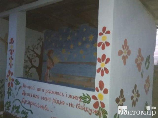 У селі неподалік Житомира діти з художницею розмалювали зупинку. ФОТО