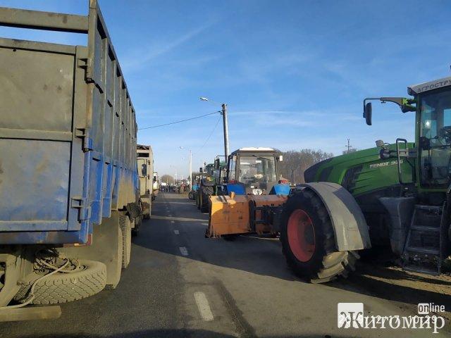Трасу Житомир-Бердичів перекрили фермери. ФОТО