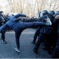 Газ, палатки, драки и задержания. Под Радой идут столкновения с полицией
