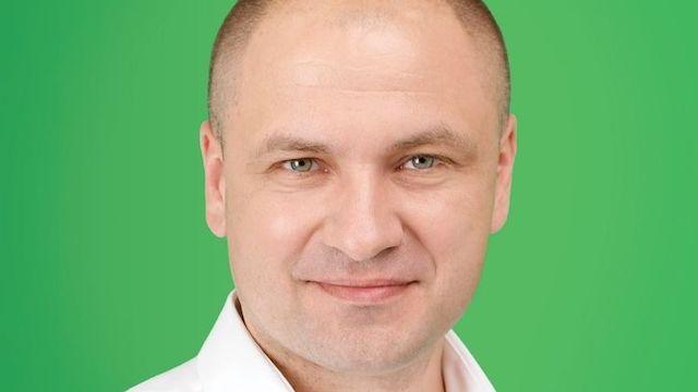 "Депутат от ""Слуги народа"" подбирал себе модную стрижку на заседании Рады. Видео"