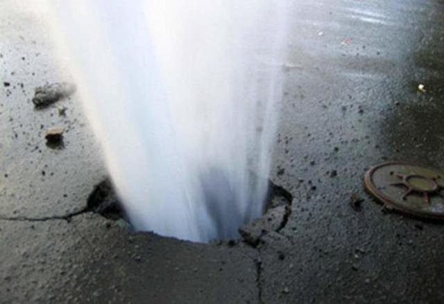 Чи знають житомирські комунальники, що на Леха Качинського знову прорвало водогін?