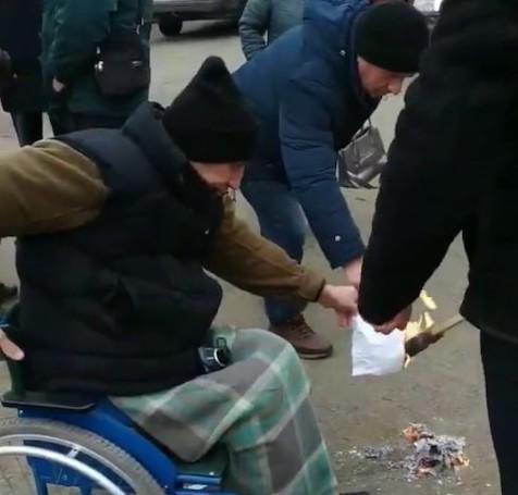 Жители Житомирской области демонстративно сожгли платежки за газ. ВИДЕО
