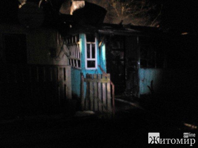 У селі неподалік Житомира горів будинок: тріскотіння шиферу почули сусіди. ФОТО