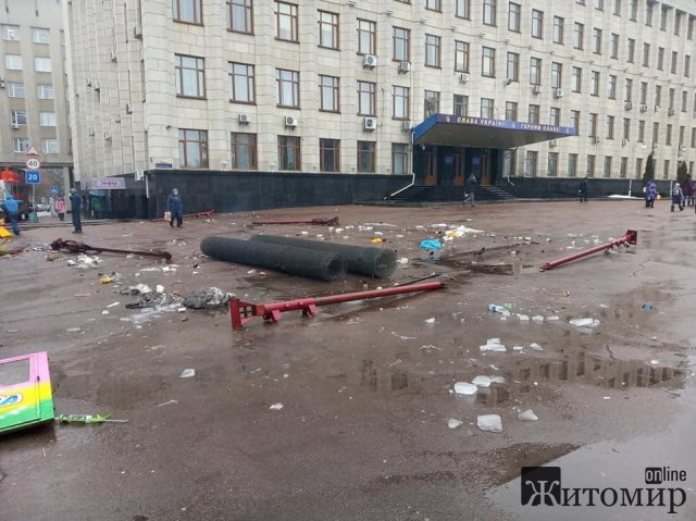 Аттракционы уехали, мусор остался. Площадь Королёва в Житомире