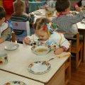 У навчальних закладах Житомирщини спеціалісти дослідили воду, овочі та готові страви
