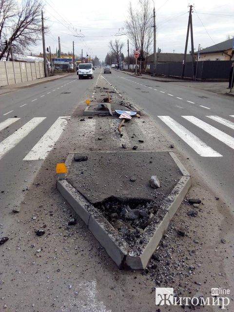 """На Параджанова у Житомирі мікроавтобус """"зніс"""" острівець безпеки"""