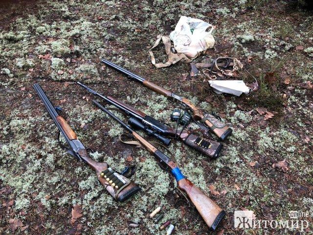 """Житомирські прикордонники в зоні відчуження затримали """"мисливців"""" без дозволів на зброю, які хотіли вполювати дичину"""