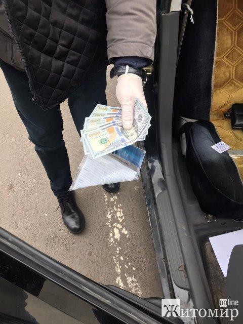 У ДБР розповіли, в якому районі Житомирщини працював затриманий на хабарі керівник одного з підрозділів поліції