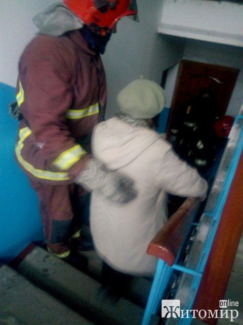 У центрі Коростеня в багатоповерхівці горіла квартира, людей евакуювали. ФОТО