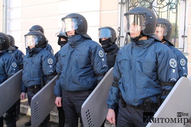У Житомирі спецпризначенці навчали співробітників служби судової охорони протистояти агресивному натовпу людей