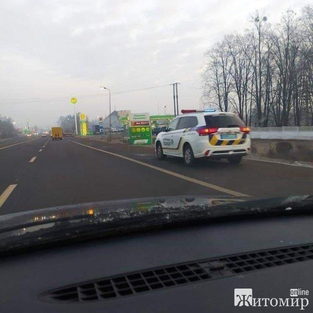 """Біля Житомира """"колядують"""" поліцейські: зупиняють авто за власним бажанням"""