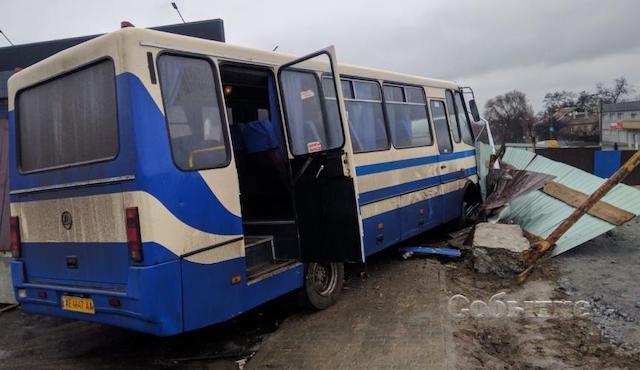 Вистрибували на ходу: під Дніпром водій шкільного автобуса помер за кермом. ФОТО. ВІДЕО
