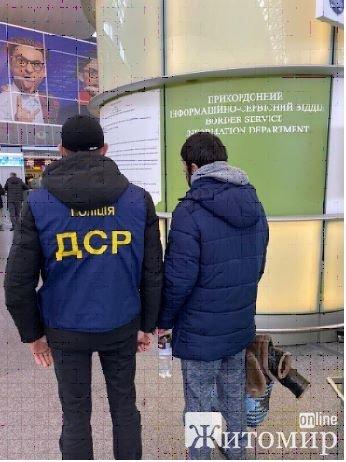 На Житомирщині примусово видворили іноземця, якому суд заборонив в'їжджати до України