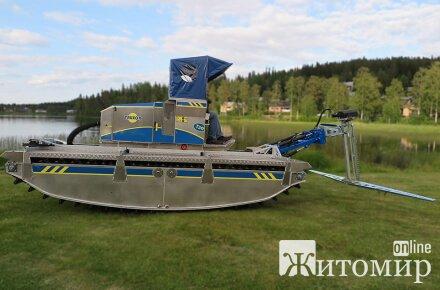 В Коростене лодка-амфибия почистит речку Уж