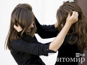 У Житомирі дві дівчини жорстоко побили третю. ВІДЕО