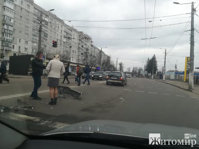"""ДТП на переході зупинки """"Баба Іра"""" у Житомирі! ФОТО"""