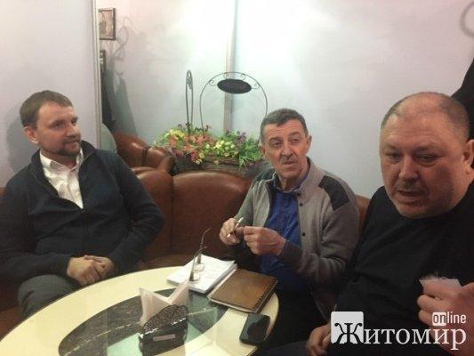 Володимир В'ятрович зараз п'є каву із журналістами у відомій житомирській кав'ярні