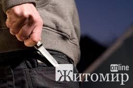 У місті Житомирської області чоловік ножем порізав співмешканку, а потім завдав поранення і собі