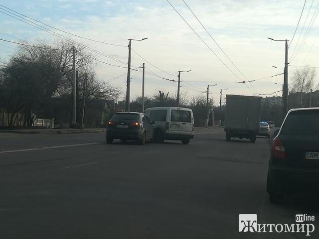 Два легковики зіштовхнулись на Крошні, у Житомирі! ФОТО