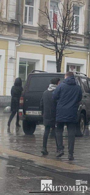 Біля сходинок міськради в Житомирі припаркувався автомобіль. ФОТО