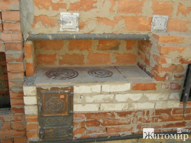 У селі Житомирської області 6 рятувальників гасили пожежу в дерев'яному будинку