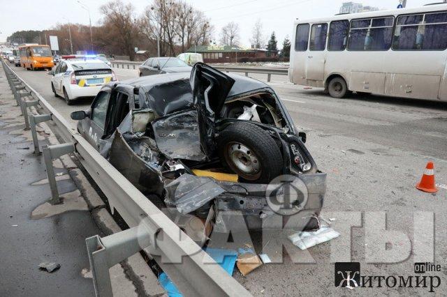 В Киеве житомирская маршрутка с пассажирами протаранила легковушку. ФОТО