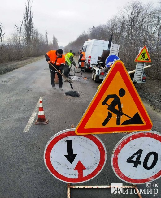 На дорогах Житомирщини шляховики почали латати ями. ФОТО